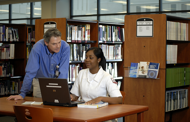 Librarian Ken Wright teaching a nursing student